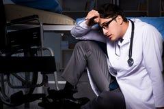 El turno de noche de trabajo del doctor en hospital después de largases horas fotografía de archivo