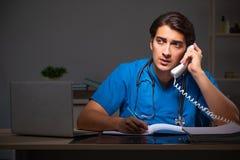 El turno de noche de trabajo del doctor hermoso joven en hospital imágenes de archivo libres de regalías
