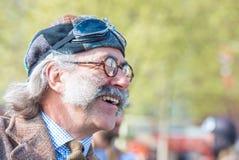El tweed sonriente funciona con al participante en grandes trajes del vintage Fotos de archivo
