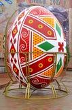 El ucraniano Pascua pintó el huevo en la calle de Chernivtsi, Ucrania Foto de archivo libre de regalías