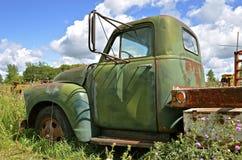 El un camión viejo de la tonelada parqueó en las malas hierbas Imagenes de archivo