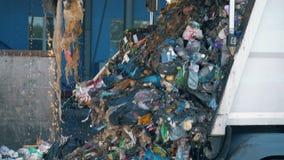 El un montón de desperdicios está vertiendo hacia fuera de un camión Concepto de la contaminación ambiental almacen de video
