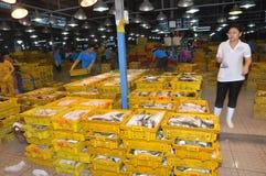 El un montón de industrias pesqueras en cestas está esperando la compra en el mercado de los mariscos de la noche de la venta al  Fotos de archivo libres de regalías