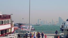 El un montón de lancha de carreras y los parasails en Pattaya aúllan por mañana almacen de metraje de vídeo