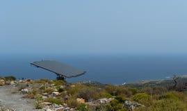 El un panel de batería solar en la montaña escarpada Fotos de archivo libres de regalías