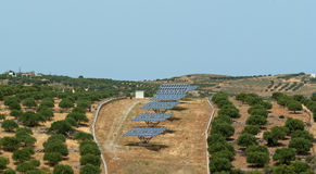 El un panel de batería solar en la montaña escarpada Imagen de archivo