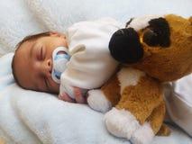 El un viejo dormir recién nacido del bebé de la semana Fotos de archivo
