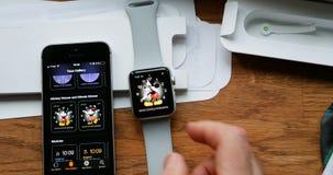 El unboxing del POV y estreno de la serie 3 del reloj de Apple Imagen de archivo libre de regalías