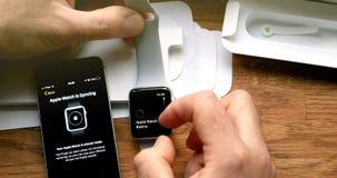 El unboxing del POV y estreno de la serie 3 del reloj de Apple Foto de archivo
