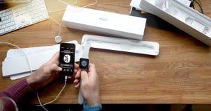 El unboxing del POV y estreno de la serie 3 del reloj de Apple Fotos de archivo