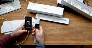 El unboxing del POV y estreno de la serie 3 del reloj de Apple Fotos de archivo libres de regalías