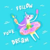 El unicornio del verano con el flotador de la piscina del buñuelo se relaja en la piscina Imágenes de archivo libres de regalías