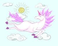El unicornio mágico del rosa de la fantasía vuela feliz en un cielo nublado, tomando el sol en el sol Fotos de archivo libres de regalías