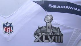 El uniforme del equipo de los Seattle Seahawks con el logotipo del Super Bowl XLVIII presentó durante semana del Super Bowl XLVIII Imagen de archivo