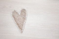 El uno mismo hizo el corazón de lino en fondo de madera Imagen de archivo libre de regalías