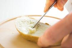 El untar con mantequilla Imagen de archivo