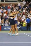 El US Open 2014 campeones Ekaterina Makarova y Elena Vesnina de los dobles de las mujeres celebra la victoria Imagenes de archivo
