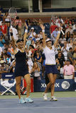 El US Open 2014 campeones Ekaterina Makarova y Elena Vesnina de los dobles de las mujeres celebra la victoria Fotografía de archivo libre de regalías