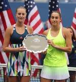 El US Open 2016 corredores de los dobles de las mujeres sube Kristina Mladenovic (l) y a Caroline Garcia de Francia durante la pr Foto de archivo