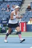 El US Open 2016 dobles de las mujeres defiende las Mattek-arenas de Bethanie de Estados Unidos en la acción durante partido final Foto de archivo