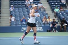 El US Open 2016 dobles de las mujeres defiende las Mattek-arenas de Bethanie de Estados Unidos en la acción durante partido final Foto de archivo libre de regalías