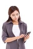 El usar de la mujer de negocios, mandando un SMS con smartphone Fotografía de archivo libre de regalías