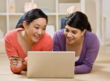 El usar de los amigos de la tarjeta de crédito comprar mercancías en imagen de archivo
