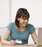 El usar del adolescente de la tarjeta de crédito hacer compras en línea Imagen de archivo libre de regalías