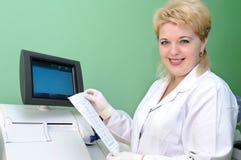 El usar del científico de la mujer médico Fotografía de archivo libre de regalías