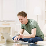 El usar del hombre de la tarjeta de crédito hacer compras en línea Foto de archivo