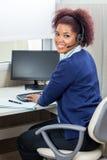 El usar femenino feliz del ejecutivo del servicio de atención al cliente Imágenes de archivo libres de regalías