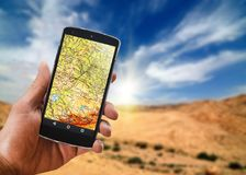 El uso de la navegación por satélite en su teléfono para encontrar un concepto de la ruta viaja Fotografía de archivo