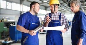 El uso de Teaching Apprentices To del ingeniero automatizó las máquinas de proceso del metal del CNC imagen de archivo