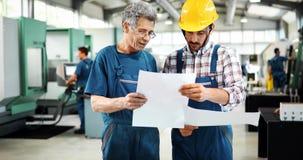 El uso de Teaching Apprentices To del ingeniero automatizó las máquinas de proceso del metal del CNC fotografía de archivo