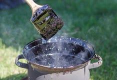 El uso del betún caliente Imagen de archivo