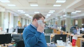 El uso del oficinista un smartphone almacen de metraje de vídeo