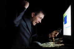 El utilizador malévolo delante del monitor Fotos de archivo
