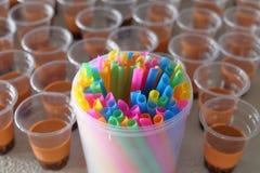 El utilizar demasiado de la paja y de la taza plásticas coloridas para el té de la burbuja con el foco selectivo fotos de archivo