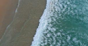 El vídeo aéreo de la cámara lenta del abejón del mar hermoso agita estrellarse en orilla almacen de metraje de vídeo