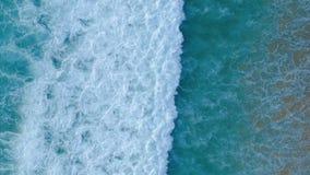 El vídeo aéreo de la cámara lenta del abejón del mar hermoso agita estrellarse en orilla metrajes