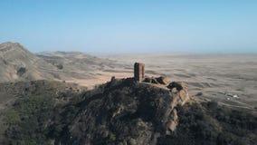 el vídeo aéreo 4K del fortalecimiento antiguo está en la frontera de Georgia y de Azerbaijan Hermosa vista de un valle arenoso almacen de metraje de vídeo