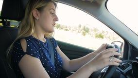 El vídeo de la cámara lenta del conductor femenino cayó dormido mientras que conducía un coche en el camino del campo almacen de metraje de vídeo