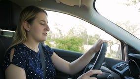 El vídeo de la cámara lenta de jóvenes subrayó a la mujer que gritaba en el comportamiento agresivamente mientras que conducía el metrajes