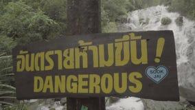 El vídeo de peligroso firma encima el fondo de la cascada almacen de metraje de vídeo