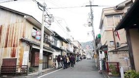 El vídeo de turistas camina en ciudad del patrimonio mundial de la UNESCO de Kyoto, Japón El caminar a la era del kiyomizu almacen de video