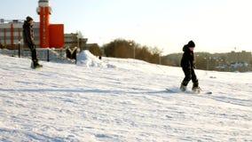 El vídeo del esquí de la nieve se inclina, las líneas de la elevación y valle del parque en el Wasatch Día soleado con las famili almacen de video