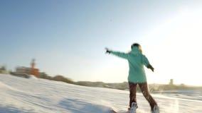 El vídeo del esquí de la nieve se inclina, las líneas de la elevación y valle del parque en el Wasatch Día soleado con las famili almacen de metraje de vídeo