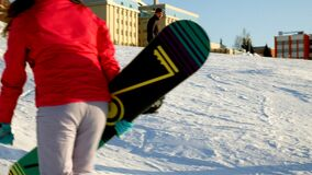 El vídeo del esquí de la nieve se inclina, las líneas de la elevación y valle del parque en el Wasatch Día soleado con las famili