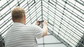 El vídeo del hombre joven charla en el teléfono elegante Hombre hermoso que toma un selfie Pares que toman el autorretrato usando almacen de metraje de vídeo
