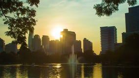 El vídeo del lapso de tiempo de los rascacielos de la ciudad de Bangkok riega la reflexión en la puesta del sol metrajes